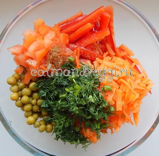 Постный салат из моркови с перцем, зеленым горошком и помидорами, рецепт