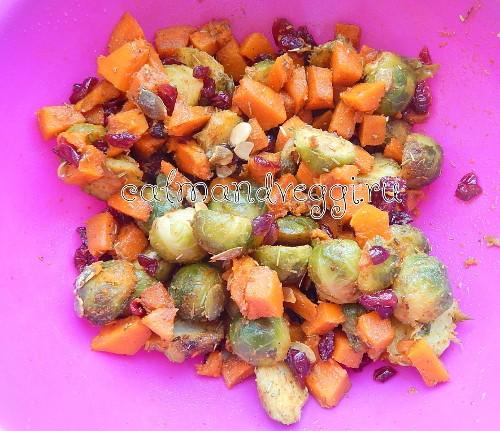 Салат из тыквы с брюссельской капустой, клюквой и семечками