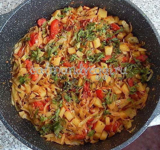 Жареная капуста с картошкой и помидорами. Рецепт.