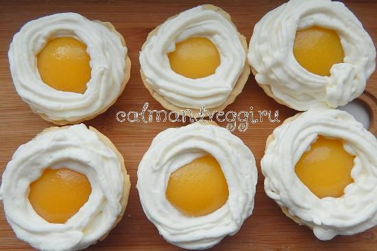 песочные корзиночки без яиц с творожным кремом и консервированными персиками, рецепт с фото