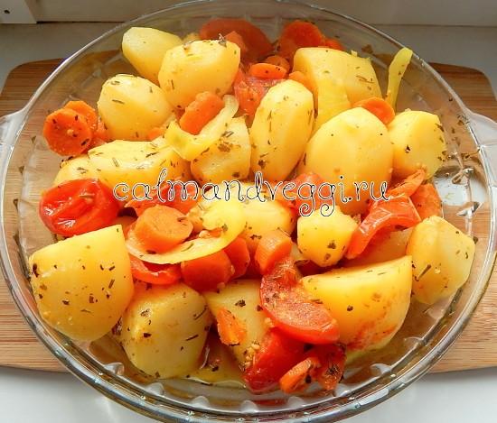 молодой картофель с овощами в рукаве для запекания в духовке