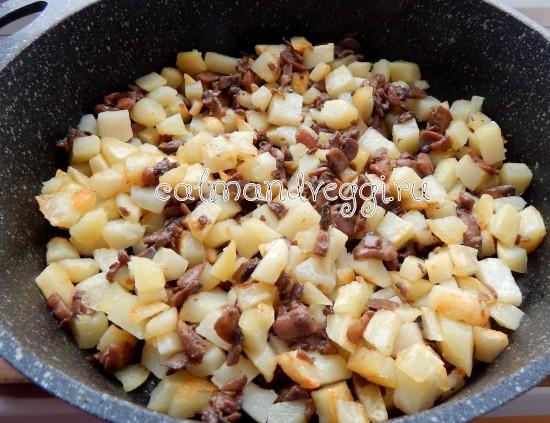 жареная картошка с грибами и луком на сковороде